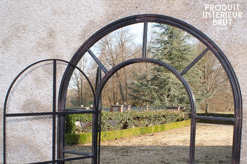 Un grand miroir d'orangerie style industriel de Produit Intérieur Brut : miroir ou fenêtre ?